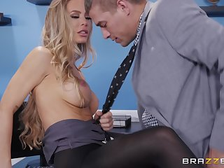 Nicole Aniston likes to try new ways of reaching memorable orgasm
