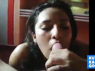 Mexicana mamando verga, le avientan los mecos en la boca!